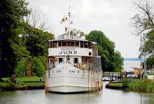 När Juno, en av de tre kanalbåtarna, arbetar sig genom Bergs slussar är det lika många åskådare som ser på som det är kryssningspassagerare på fartyget.