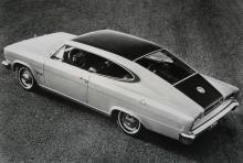 """Härlig linjeföring i en 6-sitsig koloss till """"sportvagn"""": Rambler Marlin från 1965. 10327 ex byggdes första året. Servoskivbromsar var standard liksom snygg tvåfärgslackering."""