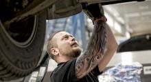 Servicetekniker Toni Korponen får vara beredd på att kunden när som helst kan komma in och följa hans arbete. Volvos nyckelknep är att skapa personliga relationer.