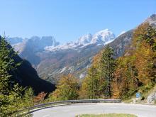 Höga berg i norr, och serpentinvägar med trygga räcken.