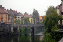 Otaliga broar binder samman Ljubljanas stränder kantade med caféer, barer och restauranger.