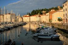 Kvällssol i Piran vid Adriatiska havet. Turistbilar kommer inte in utan hänvisas till ett parkeringshus utanför staden. Segla hit i stället!