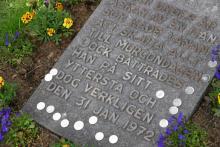 """Österlen är en landsdel för bilister och cyklister. Det är nära mellan samhällena och oftast bara en halvmil till nästa krog eller vandrarhem. Från Kivik Art Centre vid Stenshuvud ligger ett torn som Ulf Lundell reagerat mot eftersom besökarna har utsikt mot hans hus. Många åker också till """"Piratens"""" gravsten vid Ravlunda kyrka där man kan läsa de berömda orden om mannen """"som bättrades på sitt yttersta"""". Glimmingehus är ett av Österlens mest populära besöksmål, där finns också en bra lunchrestaurang."""