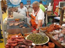 Gourmetmässa i Faro. Här finns smakprov av knaperstekta blodkorvar och fläskkött från regionen Alentejo.