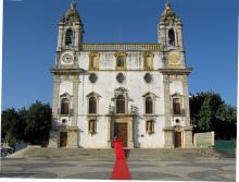 Röda mattan rullas in efter ännu en vigsel i Ingreja do Carmo.