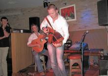 Dragspelaren Michael O´Brien och gitarristen Sean O´Connor för den irländska musiktraditionen vidare på pubarna i Kenmare.