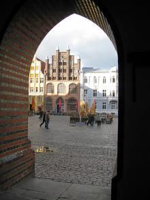 Utsikt mot det medeltida torget i Stralsund, Unsecomärkt och kantat av ståtliga byggnader.