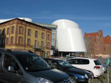 Det nyinvigda museet Ozeanum med sin iögonfallande arkitektur sticker ut mitt i Stralsunds gamla hamnkvarter.