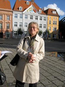 """Brigitte Haase fick lov att lära sig ett """"kapitalistiskt"""" språk under DDR-tiden. Hon valde svenska och är nu en av eldsjälarna i Stralsunds svenskförening."""