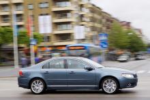 S80 är sedanmodellen av V70, här i den nya färgen Biarritz blå.