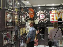 Elvisfans njuter säkert av alla filmaffischer och guldskivor på danska Graceland. Vi som bara gillar Elvis lite grand längtar efter lite fler filmer och TV-program om Elvis.