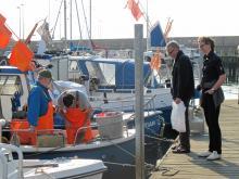 Handla fisk i Skagens hamn. Populärt nöje för Skagenbor och turister med tillgång till kök.