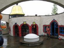 Färgglada och märkliga byggnationer kännetecknar österrikaren Hundertwassers skapelser.