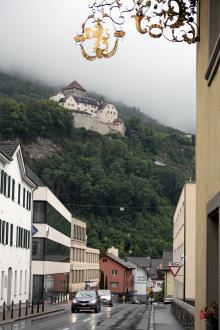 Furstefamiljens residens ligger strategiskt placerad på bergskammen över Liechtensteins huvudstad Vaduz.