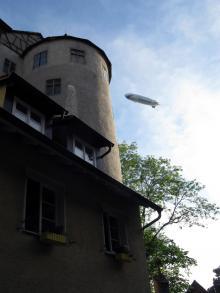 Luftskeppen över Bodensee flyger än i dag, här en farkost som stryker över den gamla borgen i Meersburg.