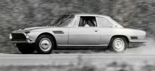 Anders Tunberg, sedermera rallyspecialist, provkör den svenske importören Uno Ranchs Iso Rivolta. Han gör det med sån frenesi att bakhjulets navkapsel försvann ut i geografin. 797 exemplar byggdes fram till 1970.