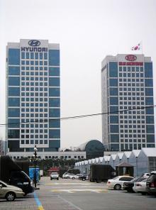 Kias högkvarter är något lägre än Hyundais. Byggnaderna illustrerar förhållandet företagen emellan.