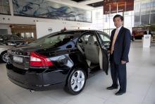 Michael Wong visar storsäljaren Volvo S80 L, en S80 med förlängd hjulbas.