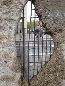 Små avsnitt av muren finns kvar på några ställen i Berlin.