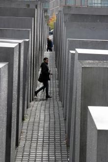 På ett område som är stort som tre fotbollsplaner ska en skog av stenar få besökarna att tänka på en tid då miljoner människor förföljdes och mördades i Tyskland.