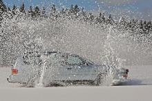 2:a pris: Tommy Lundberg. Vi minns förra vintern då det fanns så mycket snö att en sladd på sjöisen gav det här resultatet – om det står en skicklig fotograf bakom kameran.