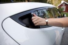 På klassiskt Alfa-manér har bakdörrens handtag gömts undan i karmen.