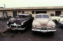 T v en Frazer -51 års modell, märkets sista. T h en Kaiser -47. De båda märkena utmanade utan framgång de tre stora, General Motors, Ford Motor Company och Chrysler Corporation.