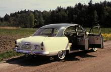 Notera de rena linjerna och den eleganta formen på den delade vindrutan på Kaiser Special. 1951 var märkets toppår i Sverige med 400 nyregistrerade bilar.