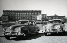 Så här såg de första Kaiser- (t v) och Frazer-bilarna ut. Först att serietillverkas med pontonkaross. Stora och rymliga, men tämligen intetsägande.