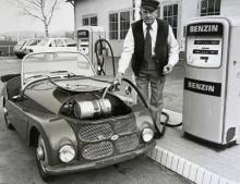 I en liten kanister livsfarligt placerad rakt ovanför motorn häller man bensin och hoppas på det bästa. Max tre deciliter går åt per mil.