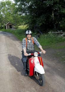 Anders Arnesson älskar sina mopeder och tar gärna en tur på småvägarna.