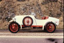 Amilcar CS byggdes åren 1922–25 och hade en enlitersmotor på cirka 24 hästkrafter. Chassiet hade kvartselliptiska fjäderpaket och transmissionen saknade differential.