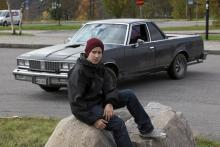 Tobias Bohm framför sin Oldsmobile Cutlass -82.