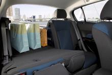 Baksätenas ryggstöd är delade. 413 liter ryms med uppfällda ryggstöd, 883 med fällda.