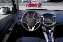 På förarplatsen känns mycket igen från Opel Astra, men instrumenten är annorlunda och materialkvaliteten mer plastig.