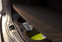 Bagagerumsgolvets tjocka matta hjälper till att dämpa vägbullret.