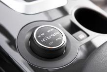 Med ett vred kan föraren välja fyra drivprogram: ZEV betyder att elmotorn jobbar ensam, 4WD att diesel och elmotor samverkar. Sport-läget höjer motorvarvet och utnyttjar elmotorn för bättre prestanda.