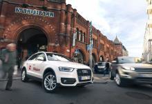 """Audi Q3 och Range rover Evoque är bilar som tål att tittas på. Båda väcker berättigat intresse på Östermalm i Stockholm. De blev till och med fotograferade av andra än vår fotograf. """"De här är ju just de två bilar vi väljer emellan"""", utbrast ett ungt och intresserat par i köpartankar."""