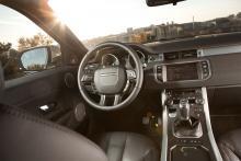 Range Rover Evoque har många knappar och funktioner och det mesta sitter på rätt plats. Det enda misstaget man kan råka göra är att klämma på rattvärmen av misstag. Men det känner man snart.