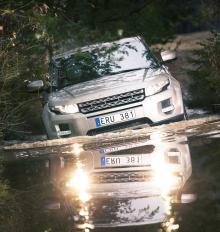 När vägen tar slut… ja då fortsätter man bilturen om det råkar vara en Range Rover Evoque man kör. Ett litet bad i en älv går utmärkt så länge vattendjupet inte överskrider en halvmeter.