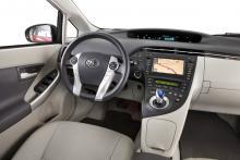 De digitala instrumenten är samlade i ett fönster uppe på instrumentbrädan och informationen ändras med knappar på ratten. En lättskött navigering ingår i Executive-paketet (för 42000 kr).