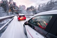 När bensinmotorn startar i Toyota Prius går Opel Ampera flera mil utan utsläpp.