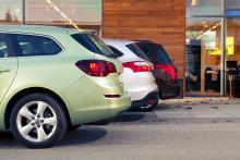 Tre bilar, tre vinklar på bakpartierna. Först Opel, sedan Ford och längst bort Peugeot.
