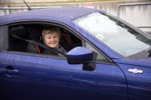 Bakom ratten på GT 86 är det lätt att börja le, även om bilen är högerstyrd och lite knepig att köra. Den höga GT-stolen håller fast kroppen i svängarna.