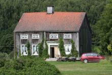 Ett naturslitet hus nära Nordingrå lockar ständigt fotograferande turister.