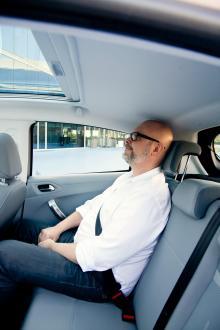 Knäutrymmet är tillräckligt men huvudet får inte riktigt plats när fullvuxna fraktas i baksätet. Glastaket på provbilen höjer dock stämningen.