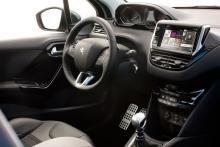 Ratten är liten och ovanligt lågt placerad. Instrumenten sitter däremot högt och ska hamna nära förarens synfält ut genom vindrutan. Lite som en fattigmansversion av en head-up display. Medieanläggningen med pekskärm och bluetooth är standard från nivån Active. GPS kostar 5 000 kr extra.