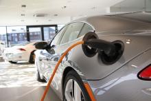 Eldrivna Fisker Karma fungerar ungefär som Opel Ampera och Chevrolet Volt, den kan laddas med sladd (4–5 timmar med 16 A) eller generera ström via en bensinmotor på två liter.
