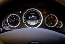 I mitten på hastighetsmätaren ges kontinuerligt information om hur hybridsystemet arbetar.