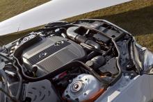 Mercedes hybridsystem är mycket kompakt. Litium jon-batteriet ryms under huven och ligger dolt under kåpan längst ned till vänster på bilden.